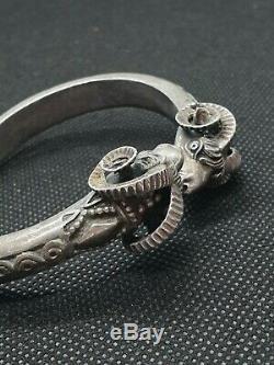 Ancien bracelet jonc en argent massif tête de bélier semi rigide RefN703