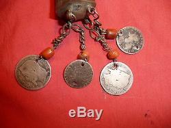 Ancienne fibule berbère en argent, monnaies françaises et espagnoles XVIIIe XIXe